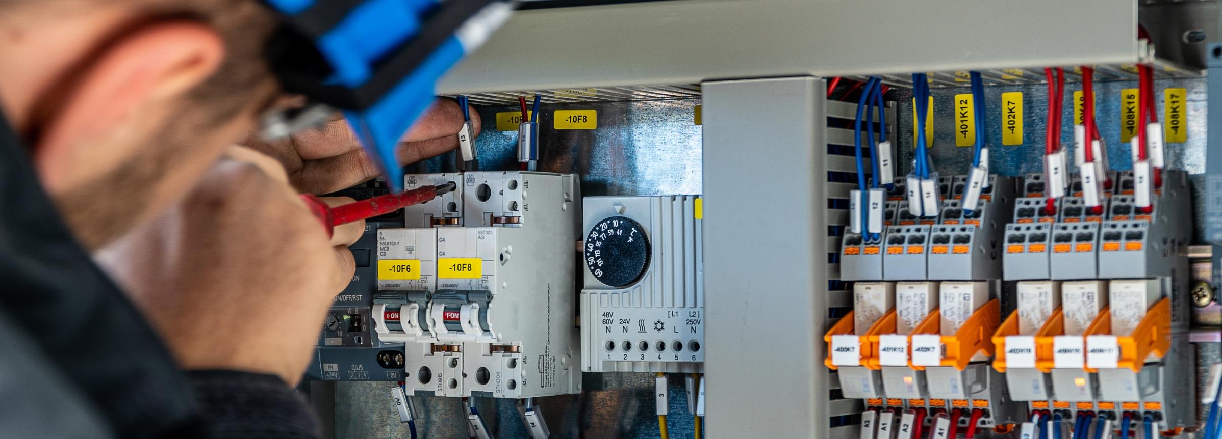 En elektriker som reparerar elektrisk installation