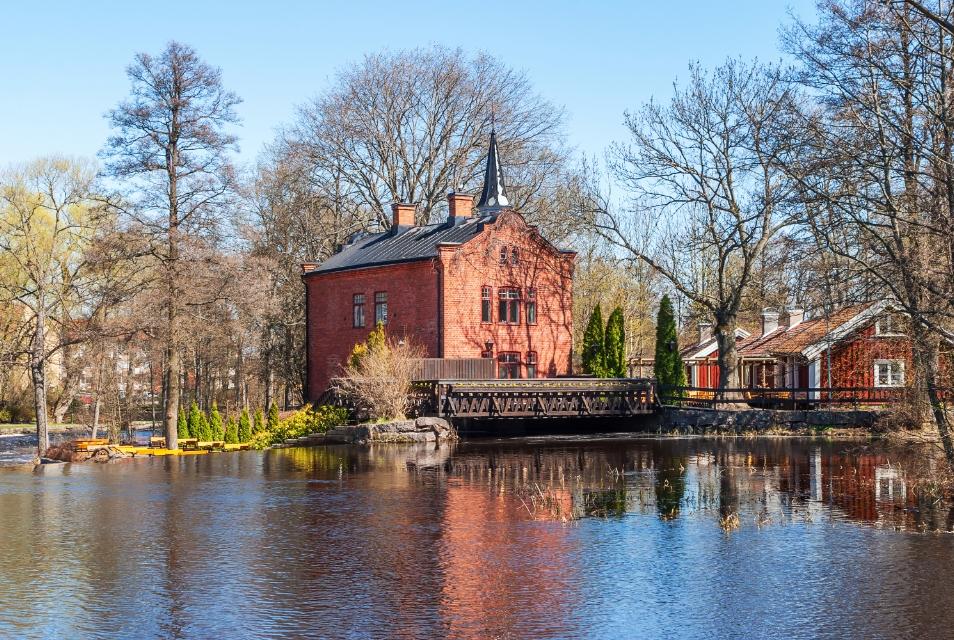 Gammalt kraftverk pa en flod i Tidaholm Sverige