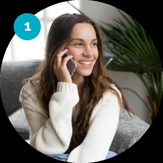 Kvinna pratar i telefon med sitt elbolag