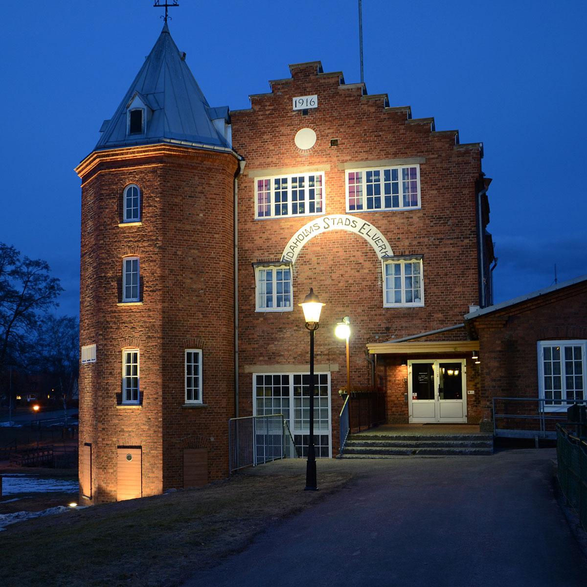 Belyst fasad på Tidaholms Energi kontor